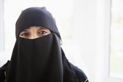 Retrato de um preto desgastando da mulher do Oriente Médio foto de stock royalty free