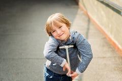 Retrato de um rapaz pequeno bonito Imagens de Stock