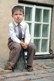 Retrato de um rapaz pequeno bonito fora na cidade Foto de Stock Royalty Free