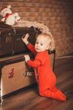 Retrato de um rapaz pequeno bonito Rapaz pequeno entre brinquedos do Natal imagens de stock