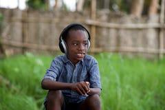Retrato de um rapaz pequeno com um capacete foto de stock royalty free