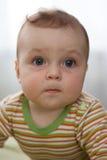Retrato de um rapaz pequeno com olhos grandes Imagens de Stock