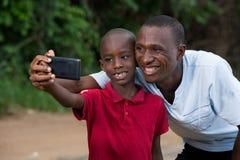 Retrato de um rapaz pequeno e de seu pai fotografia de stock royalty free
