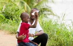 Retrato de um rapaz pequeno e de seu pai imagens de stock