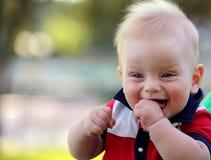 Retrato de um rapaz pequeno feliz Imagem de Stock