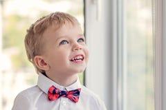 Retrato de um rapaz pequeno feliz Fotografia de Stock Royalty Free