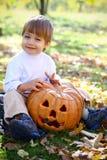 Retrato de um rapaz pequeno feliz de Halloween fotografia de stock royalty free