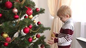 Retrato de um rapaz pequeno perto de uma árvore de Natal filme