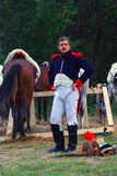 Retrato de um reenactor corajoso vestido como o soldado da guerra de Napoleão Fotos de Stock