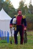Retrato de um reenactor de sorriso corajoso vestido como o soldado da guerra de Napoleão Foto de Stock Royalty Free