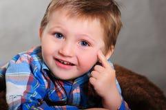 Retrato de um riso louro do menino fotos de stock