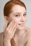 Retrato de um ruivo novo atrativo com pele fresca limpa sobre Fotografia de Stock Royalty Free