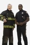 Retrato de um sapador-bombeiro e de um agente da polícia imagem de stock