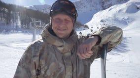 Retrato de um snowboarder de sorriso vídeos de arquivo