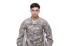 Retrato de um soldado com muletas Fotografia de Stock