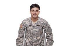 Retrato de um soldado com sorriso das muletas Imagens de Stock Royalty Free