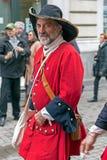 Retrato de um soldado medieval essa marcha na rua Imagens de Stock