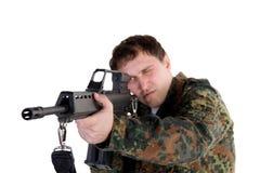 Retrato de um soldado que aponta um injetor Fotos de Stock Royalty Free