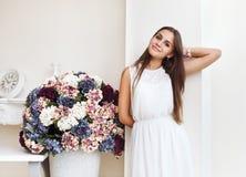 Retrato de um sorriso adolescente bonito bonito da menina Imagens de Stock Royalty Free