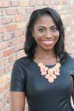 Retrato de um sorriso africano novo natural bonito da mulher fotografia de stock royalty free