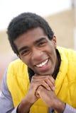 Retrato de um sorriso afro-americano novo do homem Fotografia de Stock