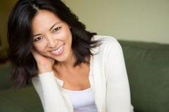 Retrato de um sorriso asiático da mulher Imagem de Stock