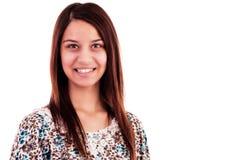 Retrato de um sorriso atrativo da jovem mulher Fotografia de Stock Royalty Free