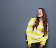 Retrato de um sorriso bonito da jovem mulher Fotografia de Stock Royalty Free