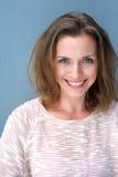Retrato de um sorriso bonito da mulher das pessoas de 40 anos Imagens de Stock Royalty Free