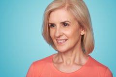 Retrato de um sorriso bonito da mulher mais idosa Imagem de Stock Royalty Free