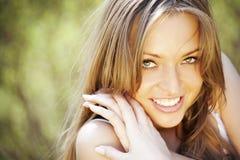 Retrato de um sorriso bonito da senhora nova Fotos de Stock