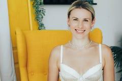 Retrato de um sorriso bonito e macio da mulher no roupa interior Fotos de Stock