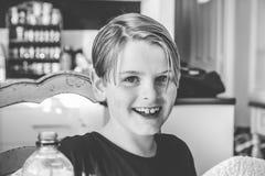 Retrato de um sorriso do menino da criança de oito anos imagens de stock royalty free