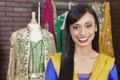 Retrato de um sorriso fêmea indiano bonito da costureira Foto de Stock