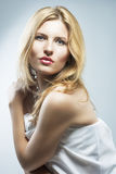 Retrato de um sorriso fêmea louro apaixonado Ha longo bonito Imagens de Stock Royalty Free