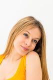Retrato de um sorriso feliz da jovem mulher Fotografia de Stock Royalty Free