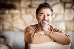 Retrato de um sorriso maduro considerável do homem fotos de stock royalty free