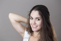 Retrato de um sorriso moreno novo da mulher Fotografia de Stock Royalty Free