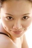 Retrato de um sorriso oriental 'sexy' da senhora nova Fotos de Stock Royalty Free