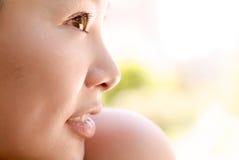 Retrato de um sorriso oriental 'sexy' da senhora nova Fotografia de Stock Royalty Free