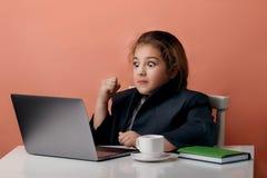 Retrato de um sucesso guardando girt novo entusiasmado do computador e da comemoração fotos de stock royalty free