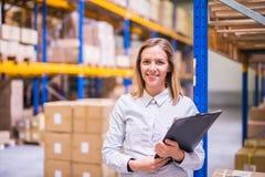 Retrato de um trabalhador ou de um supervisor do armazém da mulher fotografia de stock