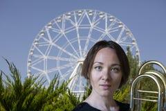 Retrato de um trombonista da jovem mulher fotos de stock