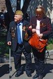 Retrato de um veterano de guerra e de uma mulher loura que estão no parque. Imagens de Stock
