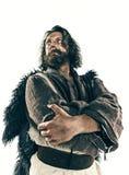 Retrato de um viquingue calvo brutal em um correio da batalha que levanta contra um fundo branco imagem de stock royalty free