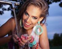 Retrato de uma água potável bonita da jovem mulher Imagens de Stock