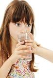 Retrato de uma água potável bonita da menina foto de stock