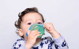 Retrato de uma água potável bonito da criança da garrafa Foto de Stock Royalty Free