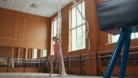Retrato de uma bailarina graciosa da menina que pratica no estúdio Fotografia de Stock