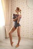 Retrato de uma bailarina profissional perto da janela na luz do sol no interior home Imagens de Stock